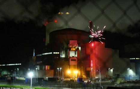 """Активисты """"Гринпис"""" проникли внутрь периметра французской АЭС"""