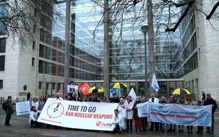 Противники ядерного оружия пикетируют штаб-квартиры партий в Брюсселе