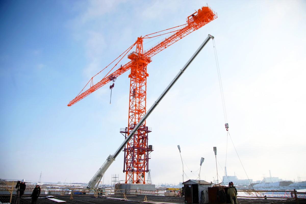 На стройплощадке Курской АЭС-2 завершился монтаж первого, не имеющего аналогов в России башенного крана для строительства энергоблоков ВВЭР-ТОИ