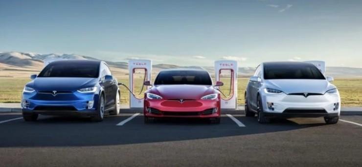 Компания Tesla объявила о выпуске 300 000-го электромобиля