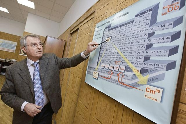 Директор Лаборатории ядерных реакций ОИЯИ Сергей Дмитриев отмечает 65-летний юбилей